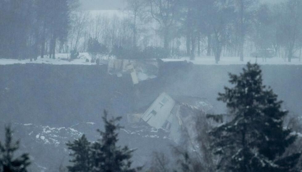 STOR SKADER: Flere hus har rast ut i det store rasområdet på Ask i Gjerdrum. Bildet er tatt onsdag. Foto: Fredrik Hagen / NTB