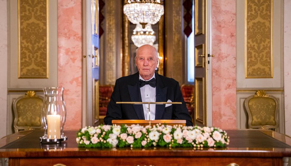 TRADISJON: Kong Harald holder nyttårsaften en årlig tale. Her er han fotografert under innspillingen av talen, den 12. desember. Foto: Håkon Mosvold Larsen / NTB