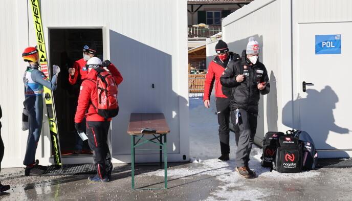 DRAMA: Alexander Stöckl (til høyre) måtte forlate kvalifiseringen i Garmisch-Partenkirchen i går. Helsa til Marius Lindvik var viktigst. Foto: Geir Olsen / NTB