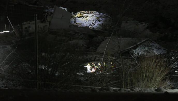 NYTT FUNN: Klokka 21 lørdag kveld forteller politiet at det er funnet en fjerde person omkommet i en sammenrast bygning i rasmassene. Foto: Henning Lillegaard / Dagbladet