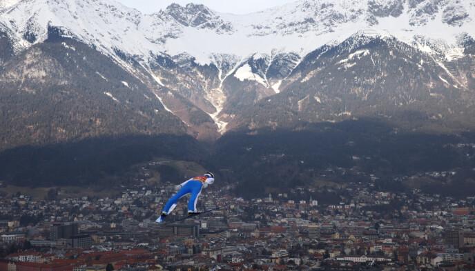ORIGINALEN: Slik foretrekker Halvor Egner Granerud helst å hoppe: Med hoppdress og Innsbruck foran seg. Foto: NTB