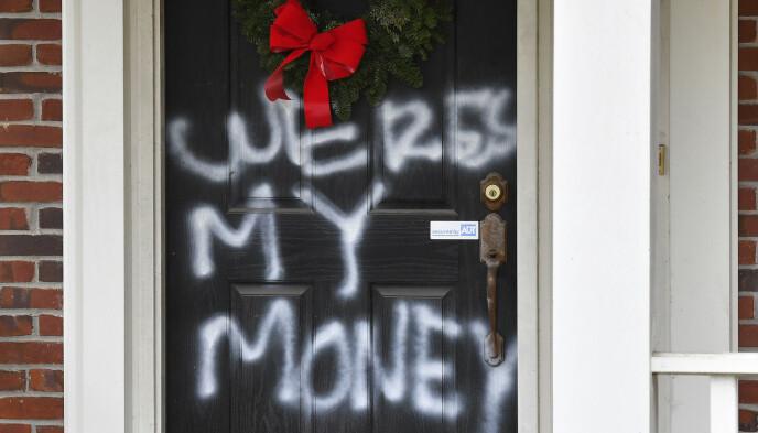 HUSET: Bilder viser at det står skrevet «hvor er pengene mine» på Republikaner-toppen Mitch McConnells hus. Politiet bekrefter også at det har vært en hendelse ved huset hans. Foto: AP/NTB.