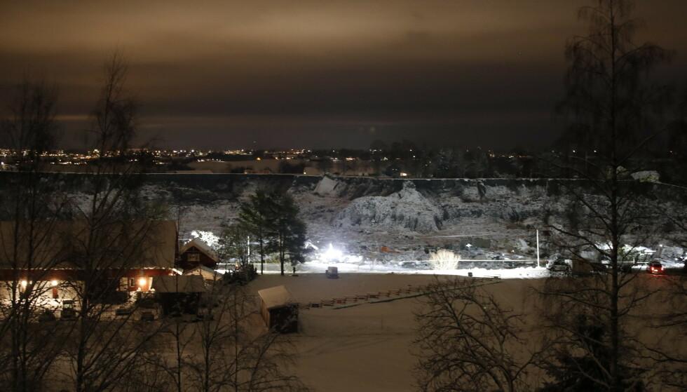HØY AKTIVITET: Letemannskapet har jobbet gjennom hele natta i skredområdet i Gjerdrum. Foto: Jil Yngland / NTB