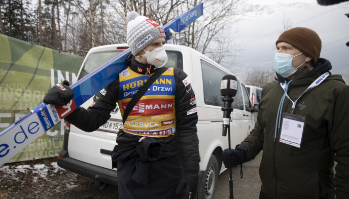 KOKTE OVER: Halvor Egner Granerud i samtale med TV 2-reporter Per Angell Berntsen etter fiaskoen i Bergiselbakken. Foto: Geir Olsen / NTB