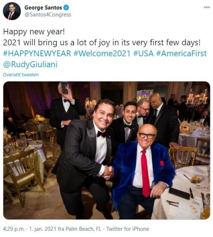 VEKKER HARME: Den amerikanske politikeren George Santos hevder forloveden hans (bakerst i smoking) fikk sparken etter Trump-festen. Santos la selv ut dette bildet av festlighetene på Twitter. Foto: George Santos / Twitter
