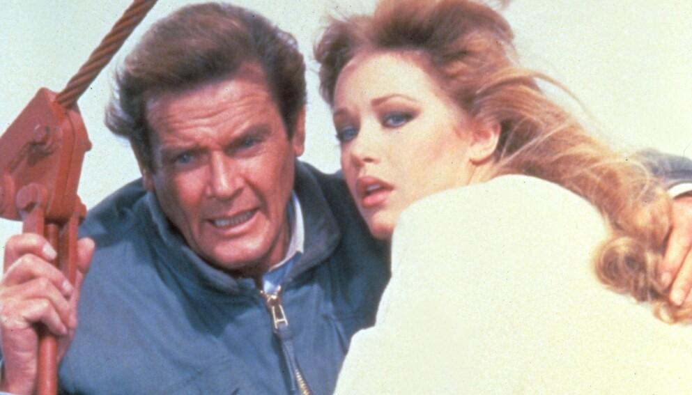 IKKE DØD: Tanya Roberts er fortsatt i live til tross for at agenten hennes først opplyste at hun hadde dødd lørdag. Her er hun avbildet sammen med Roger Moore som James Bond. Foto: Moviestore/REX