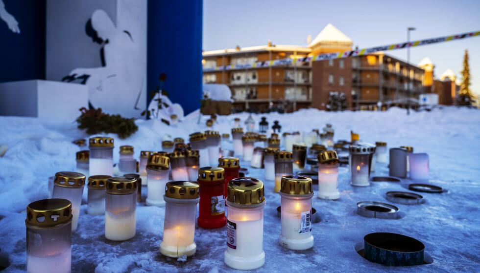 FOLK I SJOKK: Innbyggerne i Gjerdrum har hatt en tøff inngang til 2021. En rekke boliger ble tatt av kvikkleirskredet onsdag for en drøy uke siden. Ti personer har mistet livet. Mandag denne uka var det stille i Ask sentrum, og flere hadde plassert lys ved hovedgata. Foto: Ole Berg-Rusten / NTB