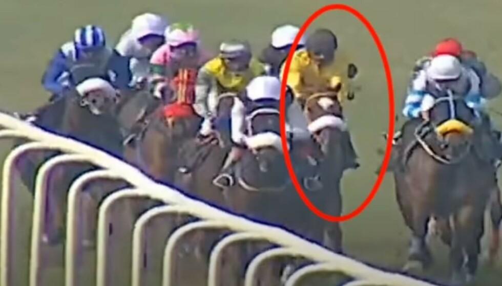 DØDE: Bildet viser Jitendra Singh (innringet) noen sekunder før den fatale ulykken på søndag. Hesten han førte, kolliderte med en annen, hvorpå jockeyen Singh ble slengt mot bakken. Hestene bak, uten sjanse til å stoppe, trampet over ham. Foto: Racing Corner