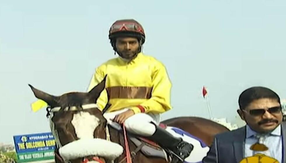 FATALT: Den 24 år gamle jockeyen Singh hadde 22 seiere bak seg og var fremmadstormende i indisk hestesport. Bildet er fra et tidligere løp. Foto: Racing Corner / Youtube