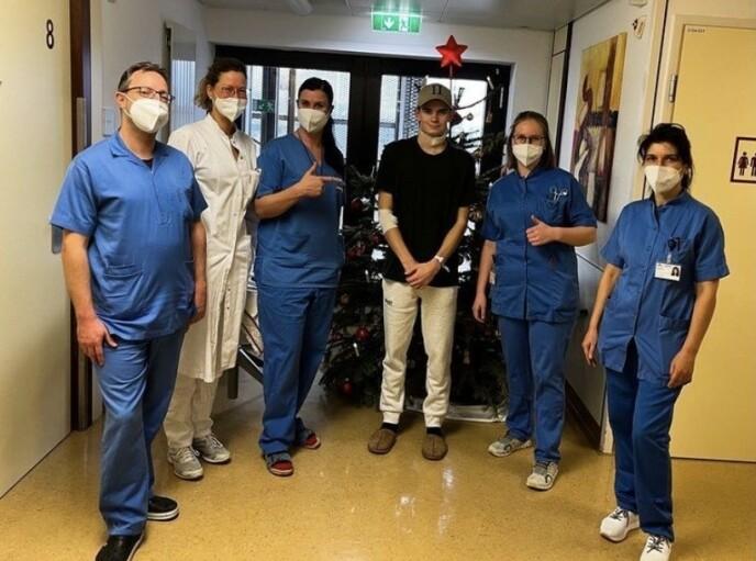 ENDTE LYKKELIG: Marius Lindvik delte dette bildet på Instagram etter operasjonen. - Jeg er tilbake på beina og håper å være i bakken snart, skrev han, med en hærskare av helsepersonell rundt seg. Foto: Privat
