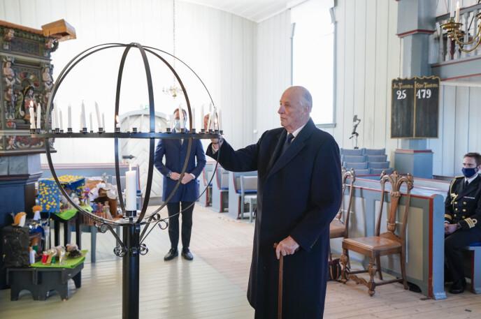 TENTE LYS: Kongeparet og kronprinsen tente lys i Gjerdrum kirke for å minnes ofrene etter jordraset i Ask. Foto: Lise Åserud / NTB
