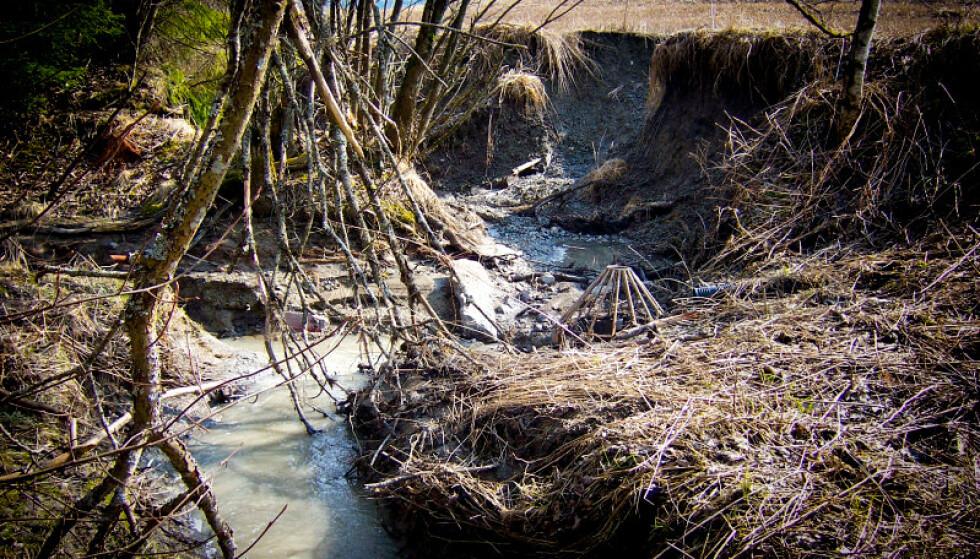 GRAVDE SEG NED: Bekken gravde ut store masser under flommen i 2008. Hydrolog og hydrogeolog Steinar Myrabø mener det burde blitt gjort flere tiltak på tidspunktet. I midten vises en tidligere dreneringskum. Foto: Steinar Myrabø