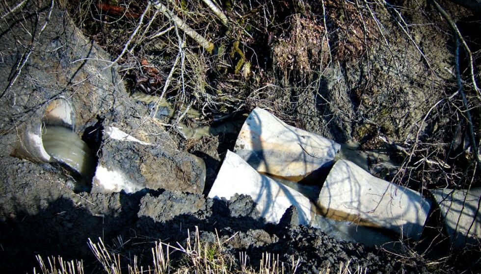 DRENERING: Det som egentlig skulle vært dreneringsrør ble ødelagt som følge av erosjon og småras. Vannet fant derfor nye veier ved utbyggingen i 2008. Foto: Steinar Myrabø