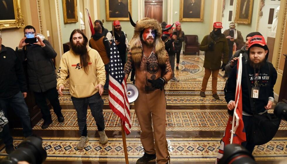 INNE: Demonstranter har tatt seg inn i Capitol Hill. Samtidig meldes det at Kongressen har tatt en pause av hensyn til sikkerheten. Foto: Saul LOEB / AFP / NTB