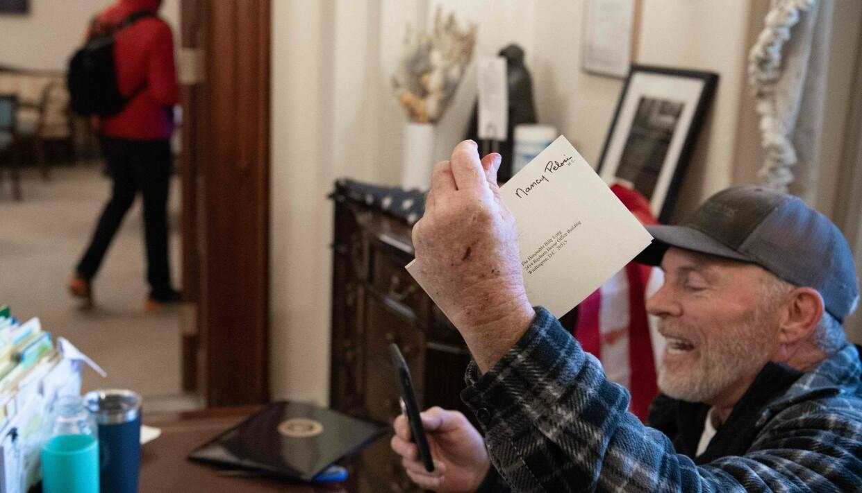 STJAL KONVOLUTT: Denne konvolutten tok Barnett med seg før han ble eskortert ut av politiet. Foto: Saul Loeb /AFP / NTB