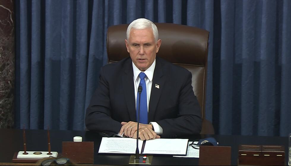 VISEPRESIDENT: Mike Pence avbildet etter at senatet ble samlet igjen. Etter seks timers pause fikk de fullført det de skulle: Godkjenne valgresultatet: Senate Television via AP