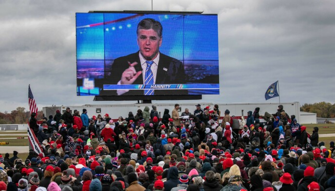 STOR INNFLYTELSE: Under et valgkamparrangement i oktober fulgte Trump-tilhengere med på Sean Hannitys sending. Hans program får kritikk for å rettferdigjort opprøret ved Capitol Hill. Foto: AFP/NTB.