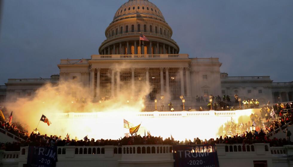 DRAMATISK: Det ble dramatisk da demonstranter tok seg inn i Kongressen onsdag. Fire personer er døde. Foto: Leah Millis / Reuters / NTB