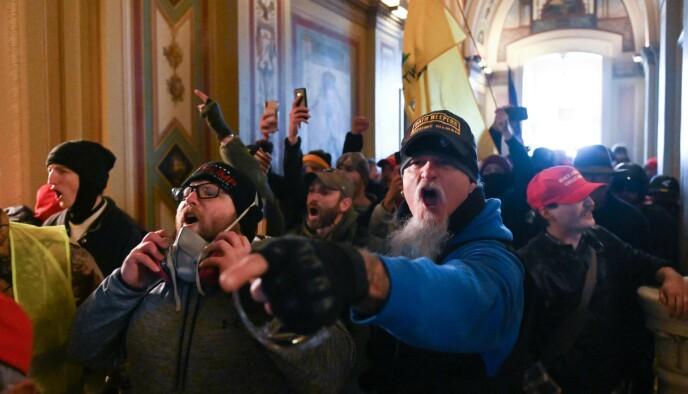 AVBILDET: Dette bildet viser rockestjerne Jon Schaffer (i blått) inne i Kongressens sete under opprøret. Foto: Roberto Schmidt / AFP / NTB