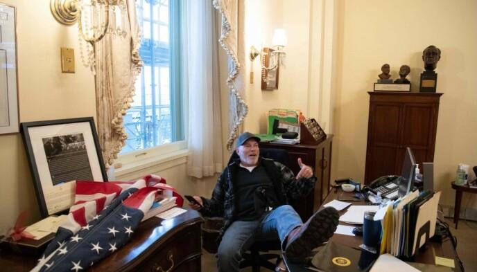 PÅ PELOSIS KONTOR: Richard Barnett tok seg inn på kontoret til Nancy Pelosi, Demokratenes leder i Representantenes hus. Foto: Saul Loeb / AFP / NTB