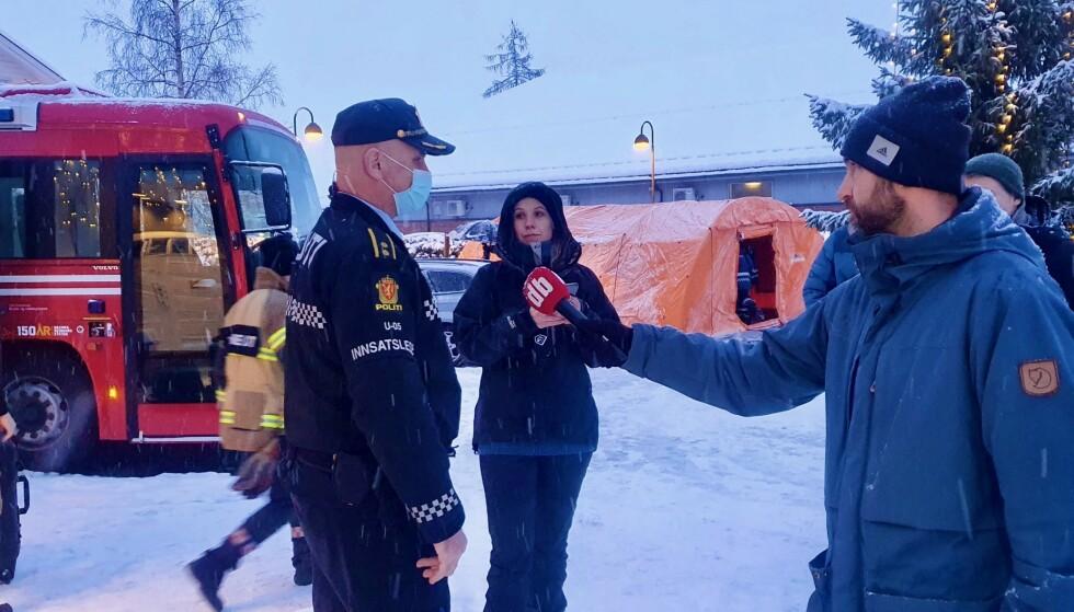GJERDRUM-SKREDET: Informasjonsbehovet var enormt etter leirskredet i Gjerdrum. Her blir innsatsleder Roy Alkvist intervjuet av Øystein Sæthre. Foto: Martin Sjue