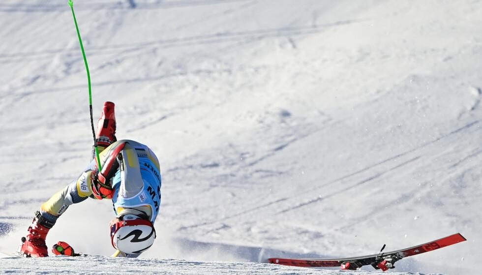 PÅ HODET: Lucas Braathen falt stygt i mål. Foto: Fabrice COFFRINI / AFP / NTB Scanpix