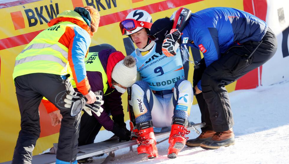 FIKK HJELP: Lucas Braathen måtte fraktes ut på båre. Foto: REUTERS/Denis Balibouse/NTB