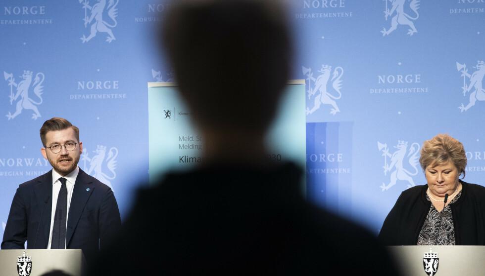 NY KLIMAPLAN: Statsminister Erna Solberg og klima- og miljøminister Sveinung Rotevatn (t.v.) under presentasjonen av stortingsmeldingen «Klimaplan for 2021-2030». Foto: Berit Roald / NTB