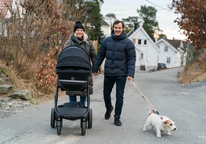 TRILLETUR: Tiril Sjåstad Christiansen og Stian Lauritzen sammen med datteren Vega og hunden Bolt på trilletur i Grimstad. Foto: Sondre Transeth/Se og Hør