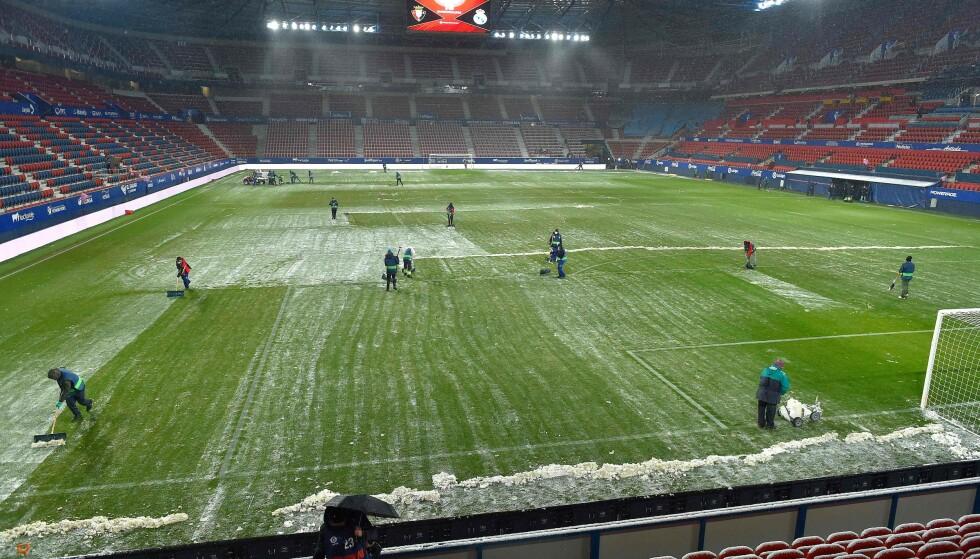 UVANLIG SYN: Estadio El Sadar ble ryddet for snø i timene før kampen. Foto: NTB