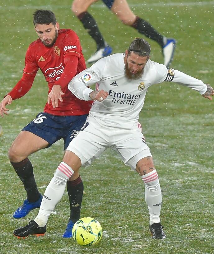 VINTERKRIG: Sergio Ramos i duell mot Jonathan Calleri i snøværet. Foto: NTB