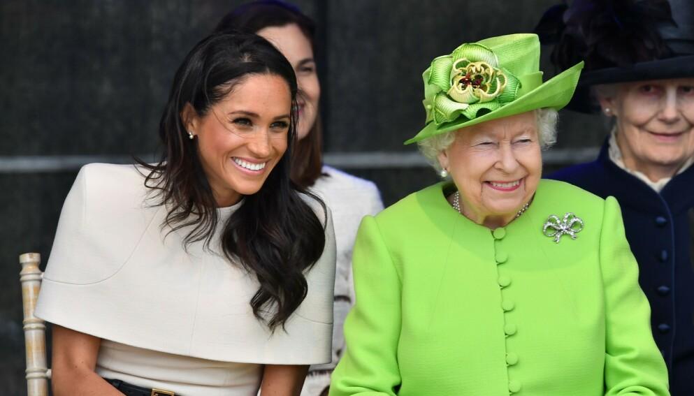 CORONA: Ifølge The Sunday Times planlegger den britiske kongefamilien comeback etter pandemien i juni, i forbindelse med den offisielle markeringen av dronning Elizabeths 95-årsdag. Her er Meghan og dronninga i 2018. Foto: Tim Rooke / REX / NTB