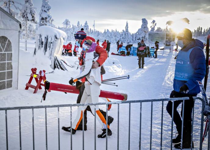 HJELPENDE HÅND: Kathrine Harsem hjelpes inn i teltet for å få i seg varme og sportsdrikk. Foto: Bjørn Langsem / Dagbladet