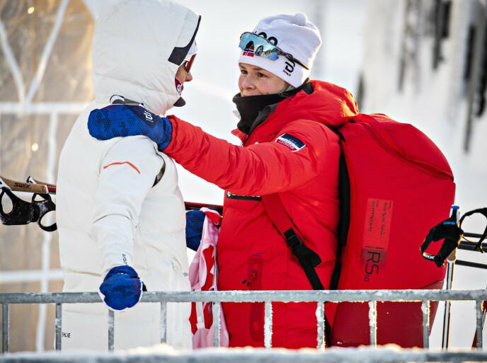 TRØST: Kathrine Harsem får oppmuntrende ord på veien. Foto: Bjørn Langsem / Dagbladet