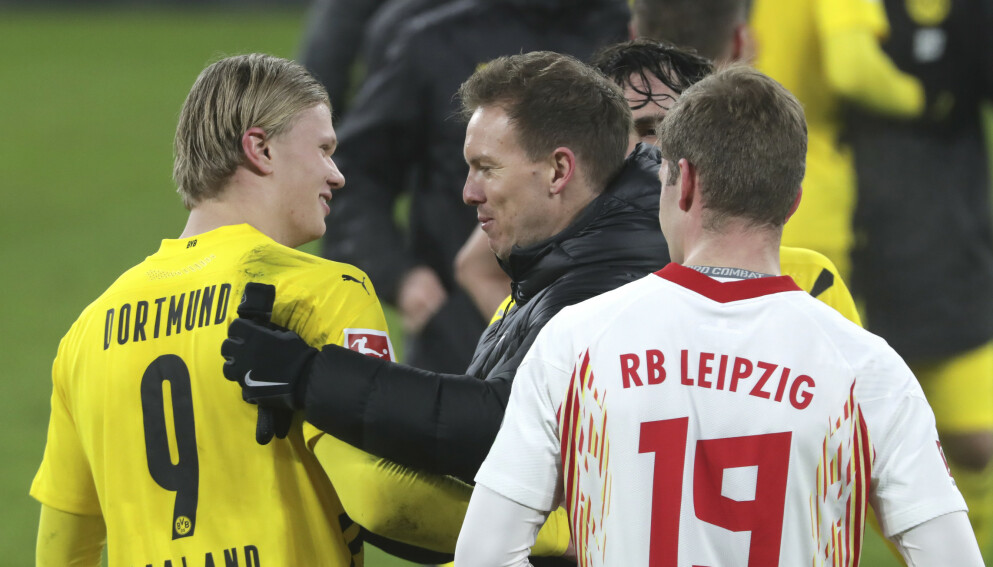 SAMTALE: RB Leipzig-trener Julian Nagelsmann gratulerer Erling Braut Haaland med seieren. Foto: NTB