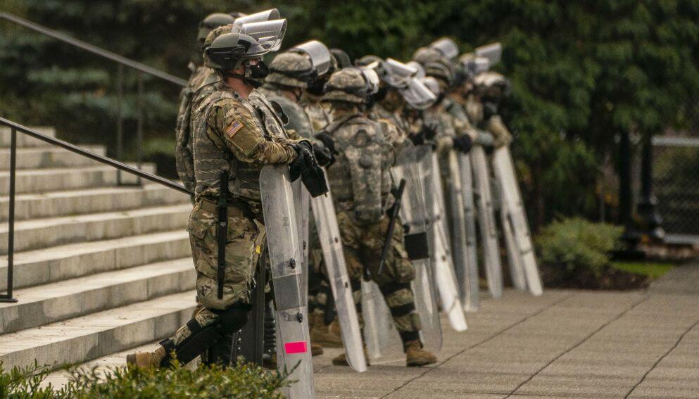 VAKT: Nasjonalgarden (det amerikanske heimevernet) stiller med vaktstyrker under presidentinnsettelsen 20. januar. Her fra Washington D.C. i går. Foto: David Ryder / Getty / AP / NTB