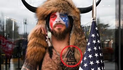 FORVIRRING: Tromsø-bandet Vederkast fikk tilbakemeldinger fra flere hold etter at sjamanen Jake Angeli stormet kongressen med en tatovering som er kliss lik bandets logo. Foto: Reuters / NTB.