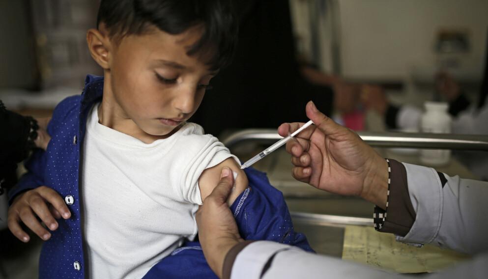 I SAMME BÅT: Fattige land trenger vaksinen sårt for å forebygge ytterligere tilbakegang på fattigdom, barnedødelighet, tap av skoleår og framtid. La 2021 bli året hvor vi virkelig tar inn over oss at vi er i samme båt, skriver innsenderen. Foto: Hani Mohammed / AP / NTB