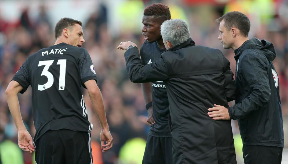 SIST GANG: 9. september 2017. En liten evighet siden. Det var sist Manchester United var på tabelltopp i England. Her instruerer Mourinho blant andre Matic og Pogba. Foto: NTB