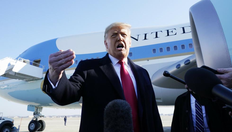 President Donald Trump snakket til pressen før han gikk om bord på Air Force One, som skal ta ham til Texas. Foto: Alex Brandon / AP / NTB