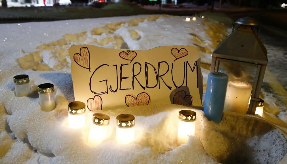 ASK I GJERDRUM:. Lys ble tent langsveien på Gjerdrumsvei inn mot ASK , mens letearbeidet ennå pågikk 3. januar. Flere boliger var tatt av raset, flere hundre var evakuert og flere var sendt til sykehus. Foto: Terje Pedersen / NTB