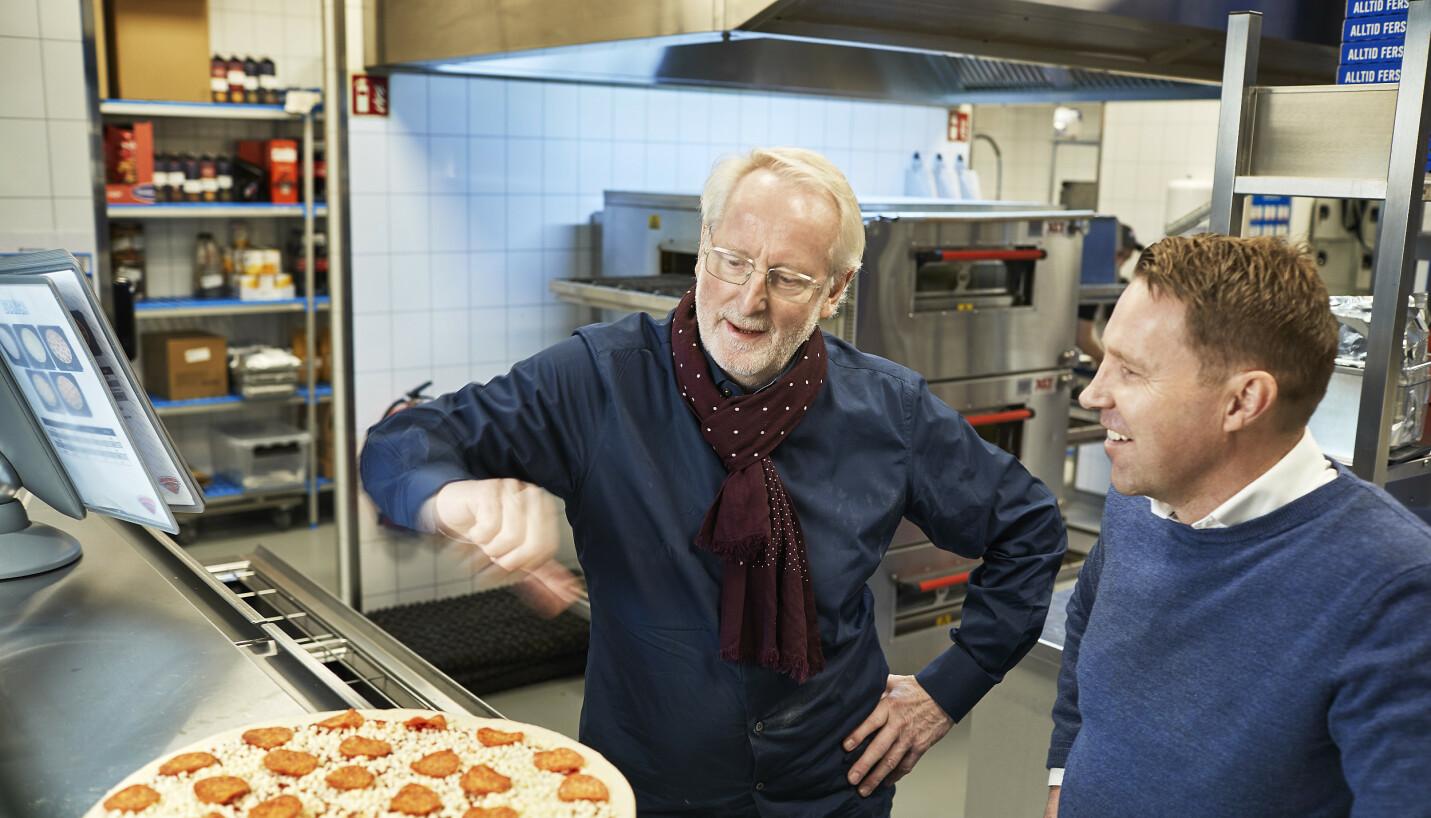RYDDEMANNSKAPET: Eyvind Hellstrøm tar for seg kjøkkenet, mens Kjetil Graver er ny daglig leder i Domino's. Foto: Bård Gudim / Domino's