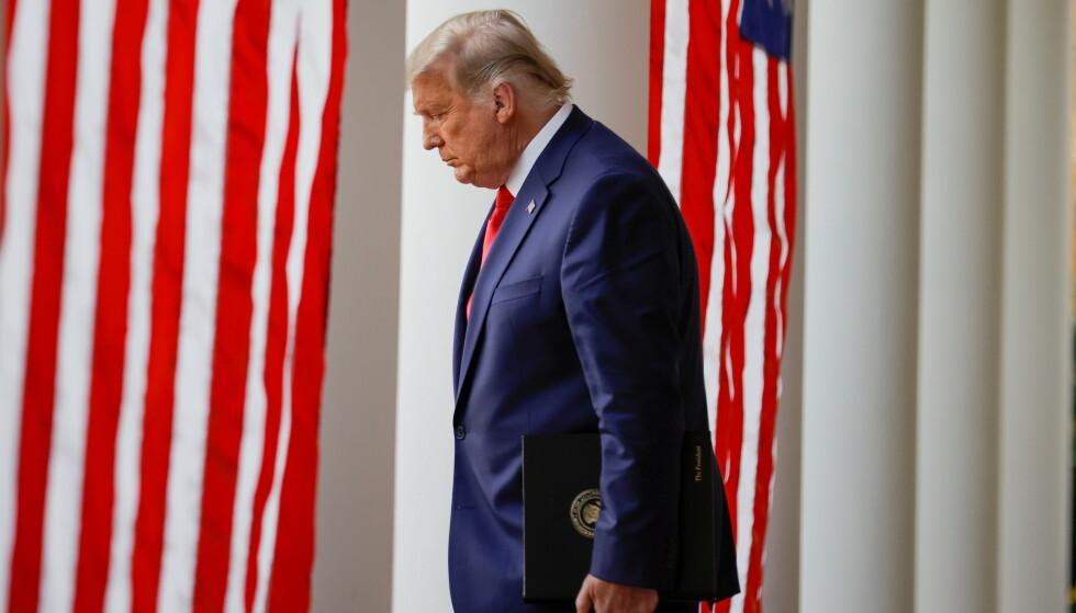 EXIT: Donald Trump på vei ut. Som det han hater aller mest, som taper. Foto: REUTERS / NTB