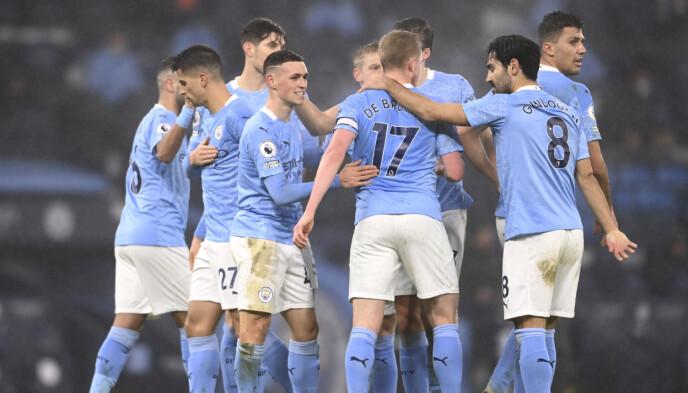 KLAPP OG KLEM: City-spillerne omfavnet hverandre etter scoringen til Phil Foden. Foto: Laurence Griffiths, Pool via AP