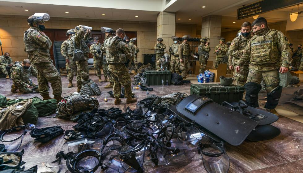 FORBEREDT: Soldater fra nasjonalgarden forbereder skjold og visirer inne i besøkssenteret i Kongressen. Foto: Manuel Balce Ceneta / AP / NTB
