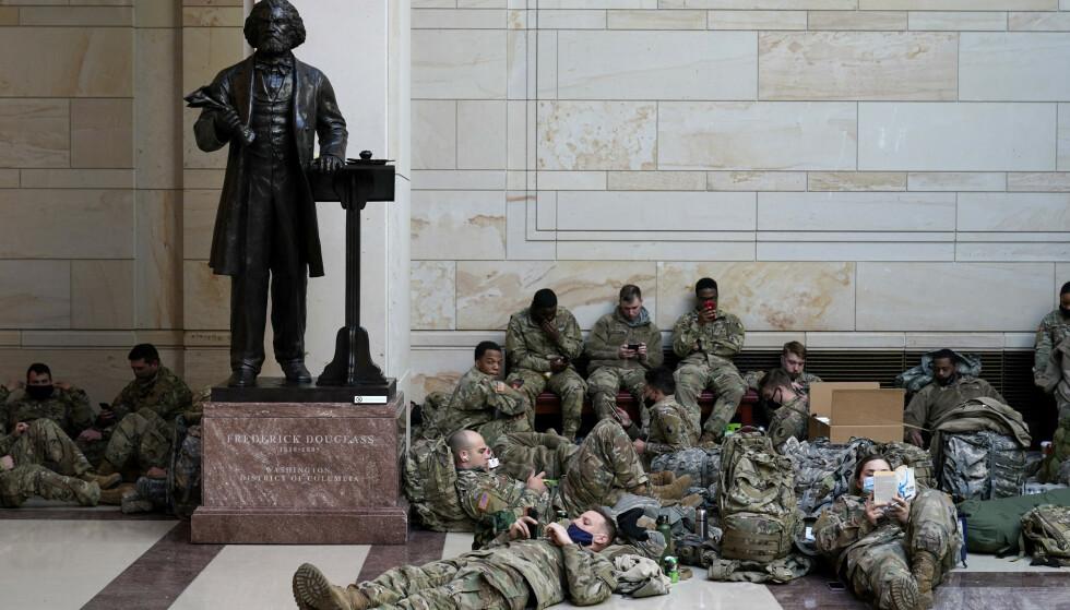 ROLIG: Inne i kongressbygningen var det rolig stemning blant soldatene onsdag ettermiddag. Foto: Alex Brandon / AP / NTB