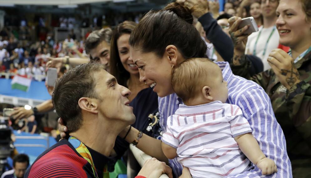 ÅPEN: Michael Phelps har i lengre tid vært åpen om depresjonen og selvmordstankene han har slitt med. Her med kona Nicole etter OL-gullet på 200 meter butterfly i OL i Rio. Foto: AP Photo/Matt Slocum