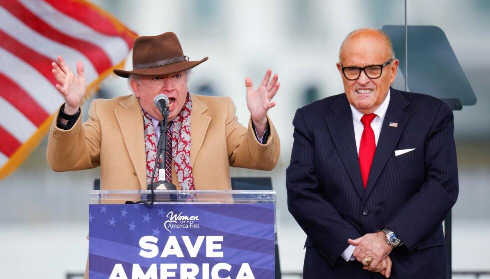 INN I TEAMET: John Eastman (i hatt) skal ifølge Reuters inn i Trumps forsvarsteam. Her med Trump-advokat Rudy Giuliani. Foto: REUTERS/Jim Bourg