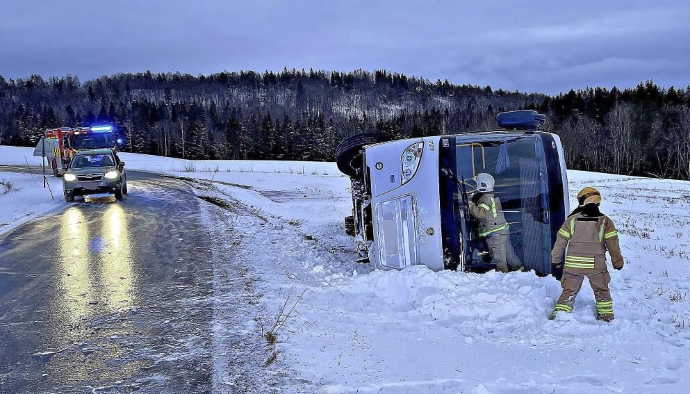 - SVÆRT GLATT: Bussen skled av veien og havnet på sida. Foto: Vestfold interkommunale brannvesen