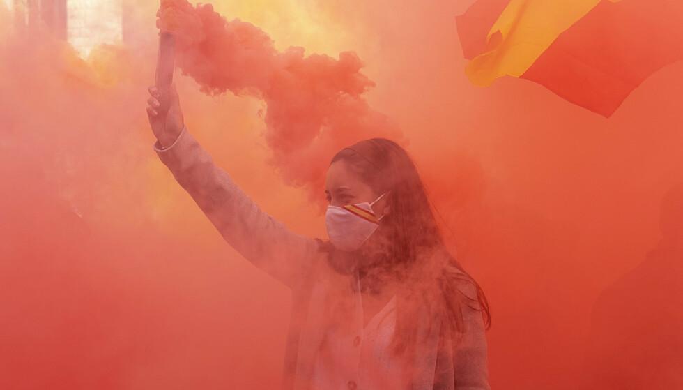FORKLARER HØYREVINDEN: Anne Applebaum er på sitt beste når hun forklarer fremgangen til det spanske partiet VOX, mener anmelderen. Bildet viser en Vox-tilhenger på en demonstrasjon i Barcelona 6. desember 2020. Foto: NTB / Josep LAGO / AFP